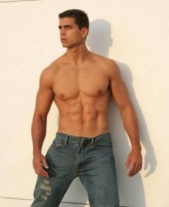 парень в джинсах фото