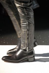 стильные мужские зимние ботинки с кожаными брюками
