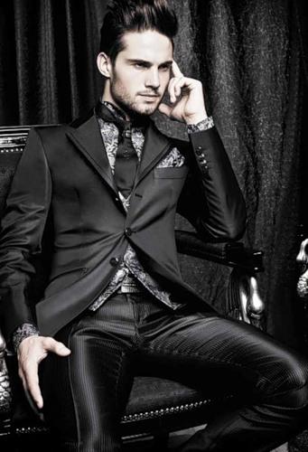 Тщательный и безукоризненный крой, продуманная стилистика отличают свадебный костюм для мужчины этой известной итальянской марки свадебной одежды