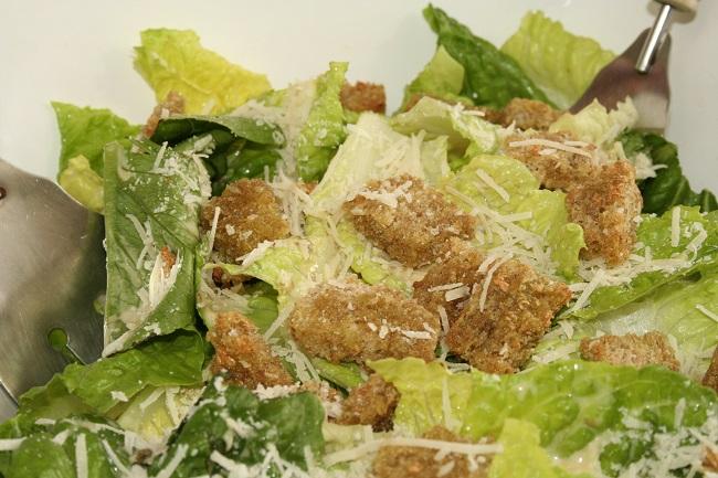 что входит в салат цезарь с курицей и сухариками простой рецепт